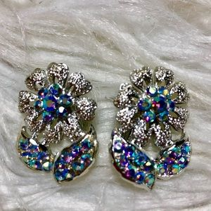 Jewelry - ⭐️Vintage Blue iridescent Daisy Clip on earrings
